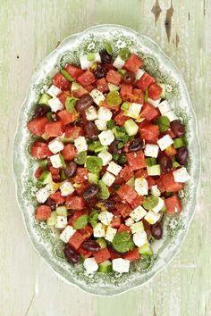 Une recette parfaite pour les chaudes journées d'été, qui marie à merveille la fraicheur du melon d'eau, du concombre, de la menthe et du fromage féta.