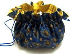 Drawstring Round-Bottom Bag - Free Sewing Tutorial Simple drawstring purses are easy to carry. Thus, more and more users carry them when they are shopping or traveling. And, users can see purse's contents Drawstring Bag Diy, Drawstring Bag Pattern, Drawstring Bag Tutorials, Pouch Pattern, Sewing Tutorials, Sewing Projects, Sewing Patterns, Mini Pochette, How To Make Purses
