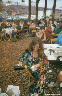 Janis Joplin at Woodstock, Photo by Elliott Landy. by Eva Happy Hippie, Hippie Love, Hippie Style, Hippie Vibes, Pop Rock, Rock And Roll, Taking Woodstock, Woodstock Hippies, 1969 Woodstock
