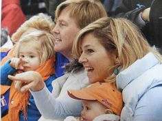 Olympische winterspelen Turijn met de 2 kleine meisjes, winter 2006. Zo leuk Amalia die haar moeder nadoet.