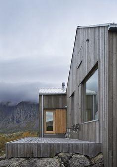 強風が吹く荒野の岩場の上に、肩を寄せあう双子のような、かわいらしい小さな家。まるで自然の造形物のように、風景に溶け込んでいます。 ここはノルウェーのヴェーガ島。北極圏に隣接する、小さな島です。ここでは