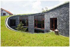 円環状の中庭からプライベート・スカイを臨める石の家   roomie(ルーミー)