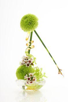 Ikebana by Kasho Maeno Arrangement Floral Ikebana, Arrangements Ikebana, Contemporary Flower Arrangements, Floral Arrangements, Art Floral, Deco Floral, Japanese Plants, Japanese Flowers, Exotic Flowers