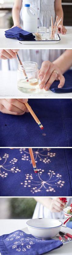 鉛筆のお尻についている消しゴムをスタンプ代わりにすると小さなドット模様が作れます。漂白剤に浸してぽんぽん押していけば、こんなお花の絵も描けますよ。絵心いらずのスタンプアートです。