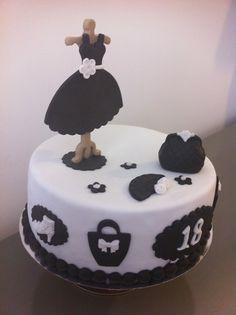 Tarta personalizada con un perchero, vestido y complementos de chica elaborada por TheCakeProject en Madrid