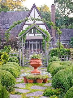 Love this cottage and its garden! It looks like something out of a fairy tale.