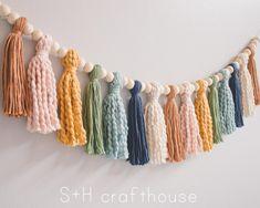 Yarn Crafts, Diy Crafts, Beaded Garland, Diy Tassel Garland, Garlands, Pom Pom Garland, Diy Girlande, Deco Rose, Rainbow Wall