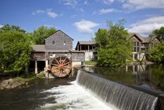 Pigeon Forge Tn, Pigeon Forge Cabins, Free Things To Do, Old Things, Farmhouse Restaurant, Tennessee Vacation, Tennessee Attractions, Outdoor Theater, Cafe House