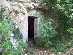 Loc. Opicina - zona obelisco: ricovero militare in caverna, ingresso