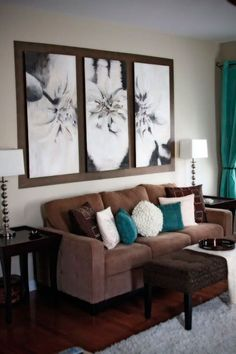 Sala em marrom, branco e azul