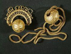 Goldene Ziergehänge / Hallstatt1) Gold bead on plaited gold chain from a tumulus at Ins. Diameter of bead: 1.2 cm 2) Gold bead with gold plaited and interlaced pendant from Jegenstorf, both Switzerland