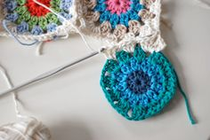 Great way of joining granny squares without having to sew in all those annoying ends. MUST try!