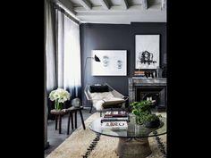 Un sala con colores oscuros...me gusta