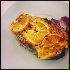 Στρώνουμε σε ένα ταψάκι αλουμινόχαρτο, λαδώνουμε και στρώνουμε τις μισές ροδέλες του πορτοκαλιού. Τοποθετούμε πάνω το σολωμό και ξεκινάμε το μαρινάρισμά του. Πασαλείβουμε τ... Grapefruit, Food, Essen, Meals, Yemek, Eten