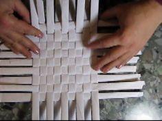 How to Make a Basket from Newspaper tutorial Návod na pletené z papíru Cestería con periódicos - Y… Newspaper Craft Basket, Newspaper Crafts, Paper Crafts Origami, Diy Paper, Paper Clay, Diy Arts And Crafts, Diy Crafts, Magazine Crafts, Paper Weaving