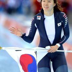 '빙속 여제' 이상화(25·서울시청)가 여자 스피드스케이팅의 '전설'이 됐다.이상화는 12일 새벽(이하 한국시간) 러시아 소치 아들레르 아레나에서 열린 2014 소치 동계올림픽 스피드스케이팅 여자 500m에서 1, 2차 레이스 합계 74초70으로 올림픽 기록을 갈아치우며 금메달을 목에 걸었다. Lee Sang Hwa, who is called as 'The Queen of ice' became a legend of Women's speed skating. She won a gold medal in 2014 Sochi Olympic by total time 74.70, which is a new Olympic record.