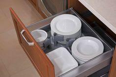 další uložení talířů do šuplíku