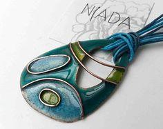 Joya verde y turquesa de esmalte al fuego, colgante verde, esmalte en cobre, joya para cumpleanos, collar tuquesa, colgante azul cloisonne