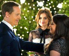 'Pretty Little Liars' Wedding Sneak Peek: Aria's Parents Get Married