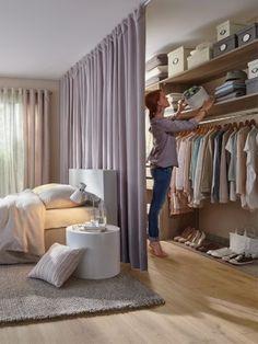 Modelos de Closet atrás da cama com divisória de cortina - - Apartment Living, Room Decor Bedroom, House Interior, Small Spaces, Interior, Bedroom Design, Home Decor, Small Bedroom, Home Bedroom