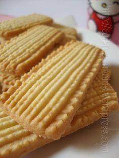 Petits Biscuits Malaisiens - 10 of the best Italian pastries - Luca's Italy Biscotti Cookies, Galletas Cookies, Yummy Cookies, Köstliche Desserts, Delicious Desserts, Dessert Recipes, Eid Biscuit Recipes, Eid Biscuits, Italian Pastries