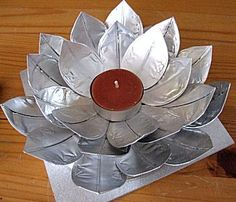 This is a very neat idea. Candle leaf holder made out of? Watch the video and get surprised! Cd Crafts, Metal Crafts, Diy Arts And Crafts, Paper Crafts, Aluminum Crafts, Noel Christmas, Christmas Crafts, Diy Projects To Try, Craft Projects