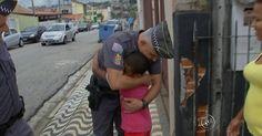 Menino reencontra policial que deitou na rua para acalmá-lo após acidente http://glo.bo/1QebqLv #G1