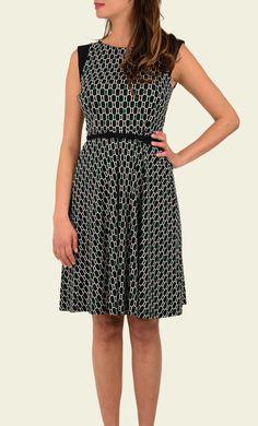 Een bijzondere variant van onze Betty Dress. De jurk heeft omgeslagen mouwtjes, waardoor er een effen kapmouwtje ontstaat die mooi afsteekt tegen de grafische print. Het model heeft een aangesloten lijfje, effen schuifceintuur en wijde rok.