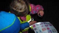 TURBINGO: Barna leter etter tingene på arket. Når de har funnet det, kan de krysse ut.