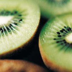 Kiwis: vitamin C, antioxidants, fiber, supports immune system, vision and cardiovascular health Health Tips, Health And Wellness, Health Fitness, Cardiovascular Health, Food Facts, Eat Right, Fruit Trees, Superfoods, Eating Well