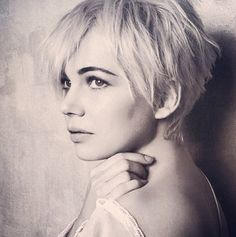 michelle williams_and matilda, it was a sweet moment, very natural and lovely woman, I love her Michelle Williams, Medium Short Hair, Short Hair Cuts, Short Hair Styles, Pixie Cuts, Celebrity Short Haircuts, Short Pixie Haircuts, Easy Hairstyles For Thick Hair, Cool Hairstyles