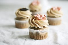 In English: These cupcakes are so moist and scrumptious. I don't think any recipe containing bananas can be dry, can they? I left out the cinnamon and nuts and they were still delicious, but I imagine some pecans would make them even better.