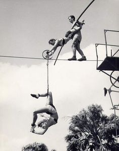 Here are 21 breathtaking vintage photos of scary and dangerous circus performances that you may no longer to be seen. A vintage circus p. Scary Circus, Old Circus, Circus Art, Night Circus, Vintage Circus Photos, Vintage Carnival, Vintage Pictures, Vintage Photographs, Vintage Ads