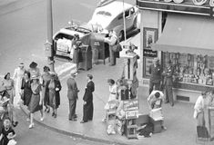 A slice of life at the corner of Hollywood and Vine (1940) Vintage Photographs, Vintage Photos, Make A Bong, Photo Store, Life Goes On, Documentary Photography, Vintage Hollywood, Hollywood Glamour, Street Photo
