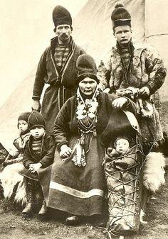Svensk samisk familie foto av Gustav Lundgren. saamiblog.blogspot.com/  Swedish Sami Family by Gustav Lundgren. Old PC.
