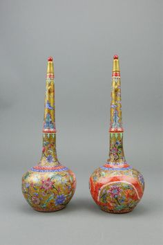 Pair of Chinese Famille Rose vases; of globular body with elongated neck and lids; featuring dragons and flowers on gold ground; four-character Qing Yongzheng mark on base; H: 20 cm, D: 6 cm, 387 grams total