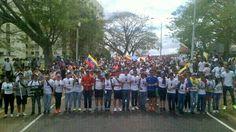 Liceistas de #PuertoOrdaz imparten clases de democracia y libertad hoy #19M en las calles de la ciudad pic.twitter.com/6IANuiuT93