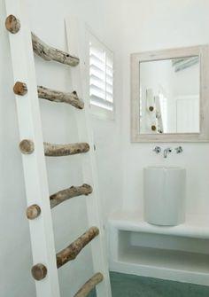 Mooie, deze ladder in de badkamer. Je kunt ook een ladder maken van bijvoorbeeld latjes oid.