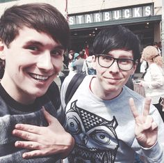 Dan & Phil ♡ awwww hes doing what dan does with the peace sighns