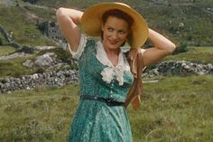 Maureen O'Hara, a performer whose acting career included starring roles in the original versions of Miracle On Street and The Parent Trap, as well as long and fruitful collaborations with John Wayne and director John Ford, has died. O'Hara was Golden Age Of Hollywood, Vintage Hollywood, Classic Hollywood, Hollywood Glamour, Hollywood Stars, The Quiet Man, John Wayne Movies, Alec Guinness, Maureen O'hara