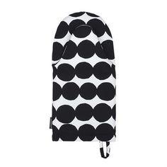 Räsymatto uunikinnas tulee Marimekolta ja sen kuosi on Maija Louekarin käsialaa. Iloinen pilkkukuosi on perinteisten räsymattojen inspiroima ja suositusta kuosista on muodostunut aito Marimekko-klassikko. Uunikintaassa on lämpöä eristävä toppaus ja lenkki ripustamista varten.