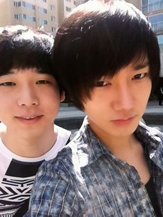 Super Junior's Yesung takes a casual photo with his brother #allkpop #kpop #SuperJunior #SuJu