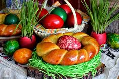 Easter bagels- the kids will be very excited (in Romanian) Holiday Recipes, Cooking Recipes, Easter, Bread, Vegetables, Holidays, Bagels, Drink, Design