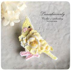 Lunarheavenlyレース編み作家 (@Lunar_h) | Twitter Crochet Brooch, Crochet Birds, Crochet Food, Crochet Crafts, Crochet Flowers, Embroidery Art, Cross Stitch Embroidery, Lace Jewelry, Crochet Accessories