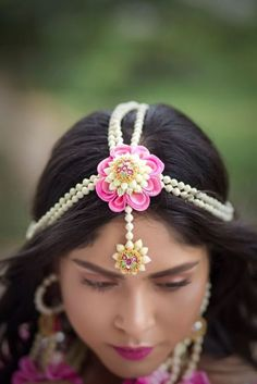 We Just Found The Newest Type of Floral Jewellery & Its Gorge! Indian Wedding Jewelry, Indian Jewelry, Bridal Jewelry, Indian Bridal, Ethnic Jewelry, Flower Jewellery For Mehndi, Flower Jewelry, Mehndi Flower, Hair Jewellery