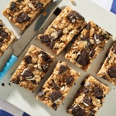 Portable, lunch bag packable, after-school car-poolable--these No-Bake OREO Bars go wherever you need them to and taste great. Cereal Recipes, Sweets Recipes, Desserts, No Bake Oreo Bars, Biscuit Oreo, Cereal Cookies, Plain Cookies, Biscuits, Chocolate Topping