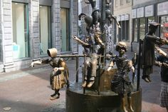 Aachen - Puppenbrunnen.  De poppenfontein van Bonifatius Stirnberg is de meest geliefde fontein. Hij stelt met zijn beweeglijke figuren de verscheidenheid van het leven in Aken voor. Foto: G.J. Koppenaal, 26/9/2014