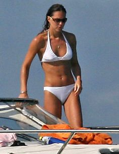 Kate Middleton's Bikini Body Revealed: Photo Check out these pics of a shirtless Prince William and Kate Middleton on holiday in Ibiza, Spain. The photos, which show Kate rocking a white bikini while lounging… Kate Middleton Bikini, Kate Middleton Outfits, Pippa Middleton, Kate Middleton Zapatos, Vestido Kate Middleton, Looks Kate Middleton, Kate Middleton Photos, Middleton Family, Outfits