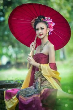 Thai Traditional Dress, Traditional Outfits, Asian Woman, Asian Girl, Vietnam Costume, Umbrella Photography, Red Umbrella, Thai Dress, Pretty Asian