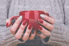 手入れの行き届いた女性の手を保持カップ ロイヤリティフリーストックフォト